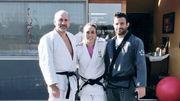 """Charline Van Snick, entourée de son papa et de son compagnon """"sparring-partner"""" sur le tatami installé sur la terrasse de la maison familiale."""