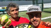 Privé d'essais libres, Alonso se console en... jouant au padel