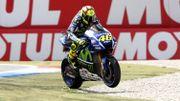 Poussé dans ses derniers retranchements par Marquez, Rossi doit couper la dernière chicane en évitant le bac à graviers