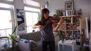 """Sylvia Huang, accompagnée de son chat, joue du Ysaÿe dans le cadre de """"Flagey chez soi"""""""