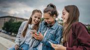 Les adolescents privilégient les relations amicales et amoureuses sur leur smartphone