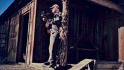Neil Young au ukulélé devant son lama et ses poules!