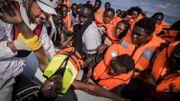 Un membre de MSF en pleine opération de sauvetage en Méditerranée. Le secrétaire d'Etat Theo Francken a taxé ces actions de traite d'êtres humains