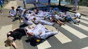 Grève dans les hôpitaux publics francophones: les infirmiers brûlent leurs diplômes de spécialisation