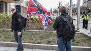 Un drapeau des Etats confédérés avec une mitraillette américaine M16 noire dessinée au centre.