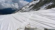 100.000 mètres carrés de bâches ou comment protéger un glacier du réchauffement?