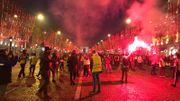 Regain de tension à la nuit tombée sur les Champs-Élysées.