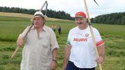 Au Bélarus, Gérard Depardieu apprend à faucher les foins avec le président Loukachenko