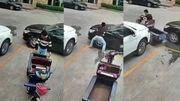 Vidéo insolite: un livreur tricycle coincé par des voitures trouve le passage par la force physique