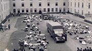 """Le camp de transit de l'ancienne caserne """"Lieutenant-Général Dossin de Saint-Georges"""" à Malines. Il était situé entre les deux plus grandes concentrations de Juifs en Belgique (Anvers et Bruxelles) et était idéalement relié au réseau dense des chemins de fer belges. Au total, 24916 Juifs de Belgique (soit 44 % de ceux résidant dans le pays) et 351 tziganes transiteront par Malines pour être déportés vers Auschwitz. Il faut y ajouter 520 juifs du Nord-Pas-de-Calais victimes de la rafle du 11 septembre 1942."""