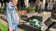 Jacques Duchâteau devant la tombe de l'enfant allongé