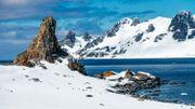 L'Antarctique, le seul continent inhabité de la planète, une terre de glace, fragile habitat des manchots et d'une faune exceptionnellement résistante.