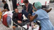 Une table gynécologique a été placée pour que les passants se mettent à la place d'une femme enceinte.