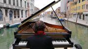 Un pianiste embarque son piano sur les canaux de Venise pour un concert des plus insolites