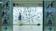 Attentats à Bruxelles: fresque commémorative inaugurée à la station de métro Maelbeek