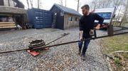 Simon  assemble la base métallique du futur carrousel: le rêve devient réalité!