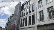 La façade visible sur la rue Marché aux Herbes compte un pignon flamand revisité à la sauce moderne