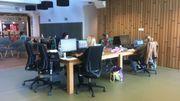 Chaque matin, les employés choisissent leur espace de travail.  Une seule exigence, la place doit être laissée libre le soir, c'est ce qu'on appelle le clean desk.