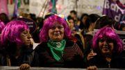 Des femmes coiffées de perruques protestent contre les violences faites aux femmes à Buenos Aires le 3 juin 2019