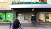 "Dans les rues de Marienhamn, la capitale de Aland, on trouve la ""Alands Banken"""