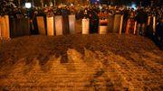 Des manifestants montent la garde alors que d'autres préparent une nouvelle barricade, place Maïdan à Kiev