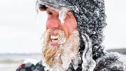 Un surfeur brave le froid et se transforme en glacier humain