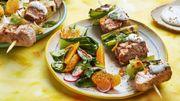 Recette : Brochettes de veau grillées, pak choï, sauce au fromage bleu et orange