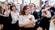 Un couple de danseuses rafraîchit l'étiquette du bal viennois