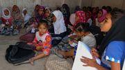 Des fillettes yéménites déplacées, suivent des cours dans un local de la province de Hodeida