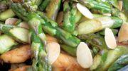 Recette: Wok d'asperges vertes au poulet et amandes grillées