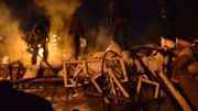 Des manifestants participent à l'élévation d'une barricade au centre de Kiev
