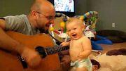 Une adorable petite fille de huit mois s'éclate avec son papa sur une chanson de Bon Jovi