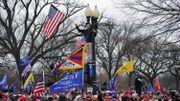 Un drapeau du Tibet au centre de l'image.