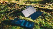 Déployé, le chargeur solaire expose 200 cm2 de panneaux photovoltaïques