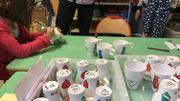 Les enfants de maternelle peuvent choisir à qui ils offrent leur bricolage