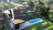 Nouvelle maison contemporaine avec piscine longeant le 'Mur de Huy'