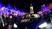 Sara, Ophélie et Adrien arrivent sur la Grand Place de Tournai en… Hep Taxi!