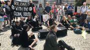 Ungroupe d'une dizaine de personnes, vêtues de noir, sontégalement venues avec un cercueil.