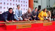 """En guise d'adieu, l'équipe de """"The Big Bang Theory"""" laisse ses empreintes à Hollywood"""