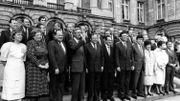 Les 31 ministres et secrétaires d'Etat du gouvernement Martens VIII tentent de faire face à la crise.