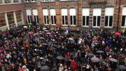 Un millier d'élèves de l'athénée royal de Mons se sont rassemblés dans la cour pour un rassemblement à la mémoire des victimes