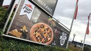 """La pizza """"El Chapo"""" est à l'affiche, à l'entrée d'un restaurant de la périphérie bruxelloise."""