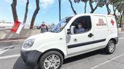 """Le Pilote de F1 """"Charles Leclerc"""" participe aux livraisons aux côtés des équipes de la Croix-Rouge de Monaco."""