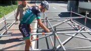 Sagan donne un coup de main, et de marteau, aux installateurs du Tour