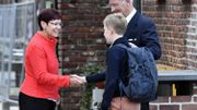 Le Roi Philippeetle Prince Emmanuel arrivent à l'école Eureka à Louvain.