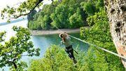 Les Tyroliennes du lac, uniques en Belgique, en aller-retour au-dessus du lac. -
