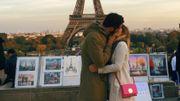Elle embrasse des étrangers dans les pays qu'elle visite pour des photos romantiques