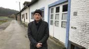 Michel Decoster devant sa maison dans le quartier du Culot à Wavre. Le contournement traversera les prairies et le bois à côté de chez lui