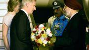 Le Roi et la reine accueillis par les autorités indiennes sur l'aéroport de Delhi