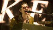 Alex Turner à la batterie et au piano dans un mini making of de l'album d'Arctic Monkeys